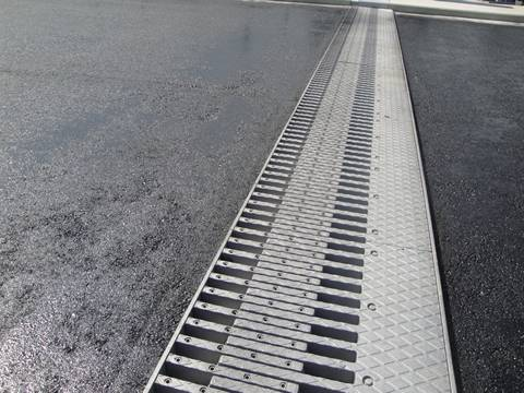 This is a bridge that is connected with finger expansion joints.